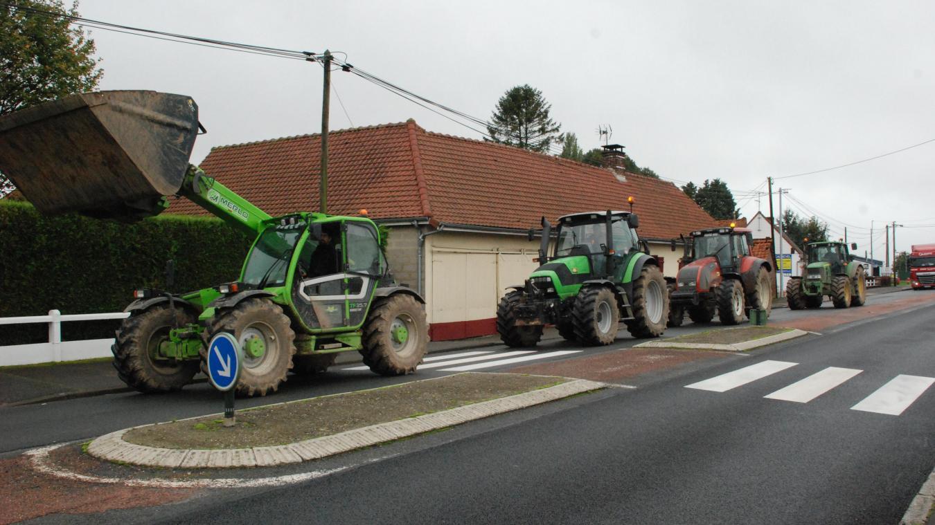 Rassemblés au Parcq, plusieurs engins agricoles ont rejoint Humières à une vitesse limitée sur la RD 939.