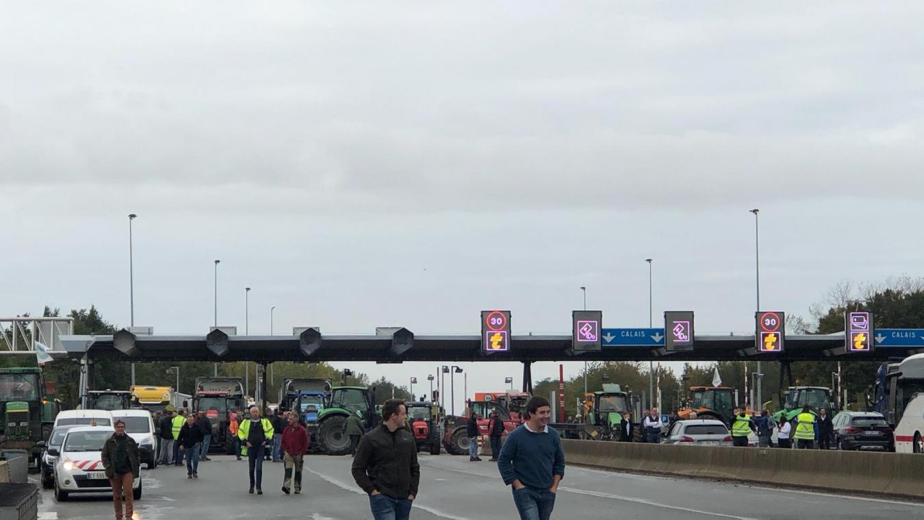 Les agriculteurs bloquent l'autoroute A26 au péage de Setques, à proximité de Saint-Omer