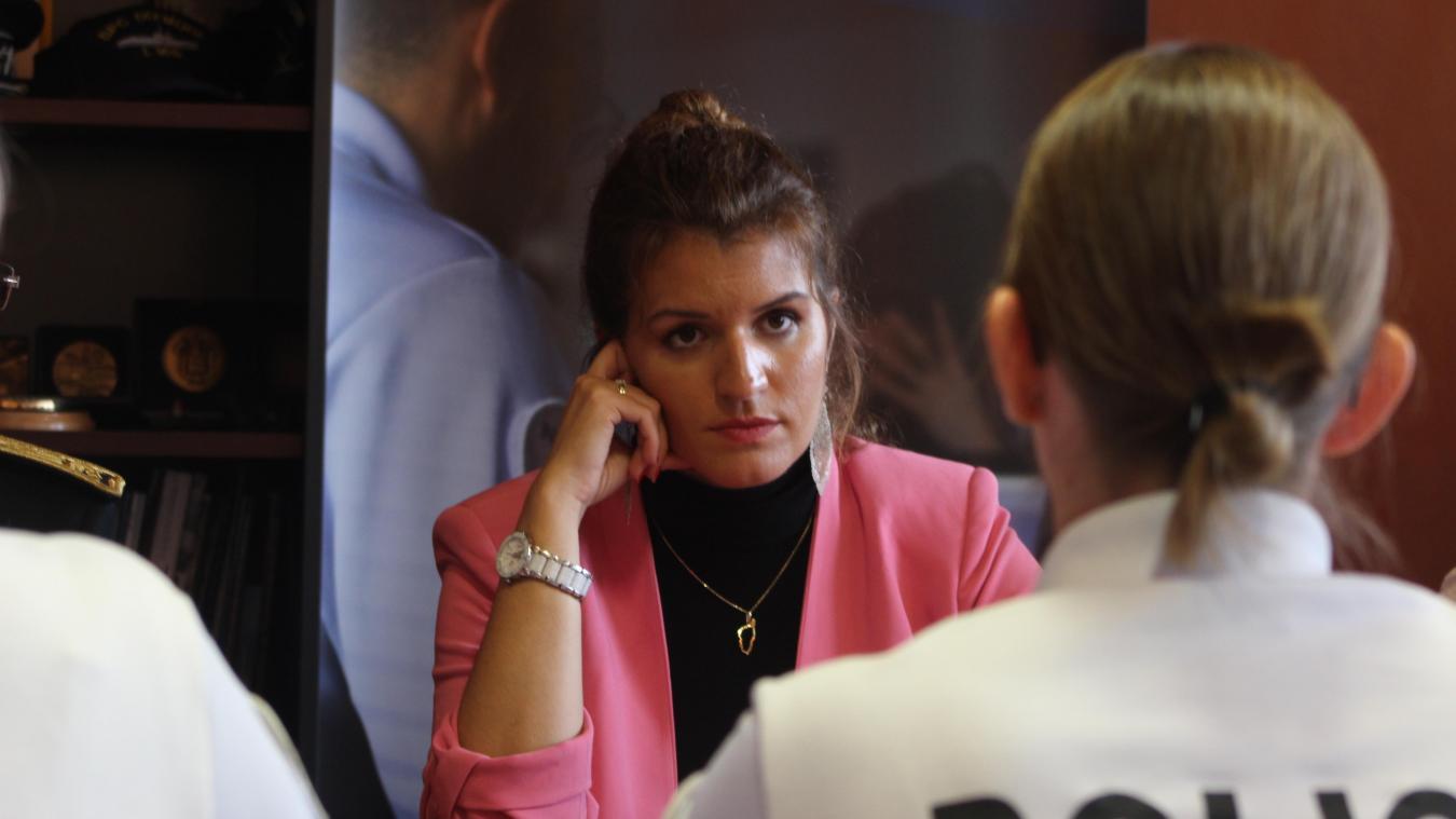 Marlène Schiappa, très attentive, écoute le quotidien de la cellule de traitement des violences sexuelles et sexistes.