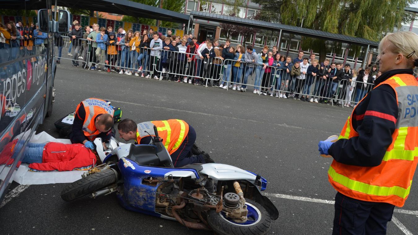 La manoeuvre autour d'un accident de scooter, exécutée par les sapeurs-pompiers d'Aire-sur-la-Lys, a touché les élèves du collège Jean-Jaurès d'Aire-sur-la-Lys.