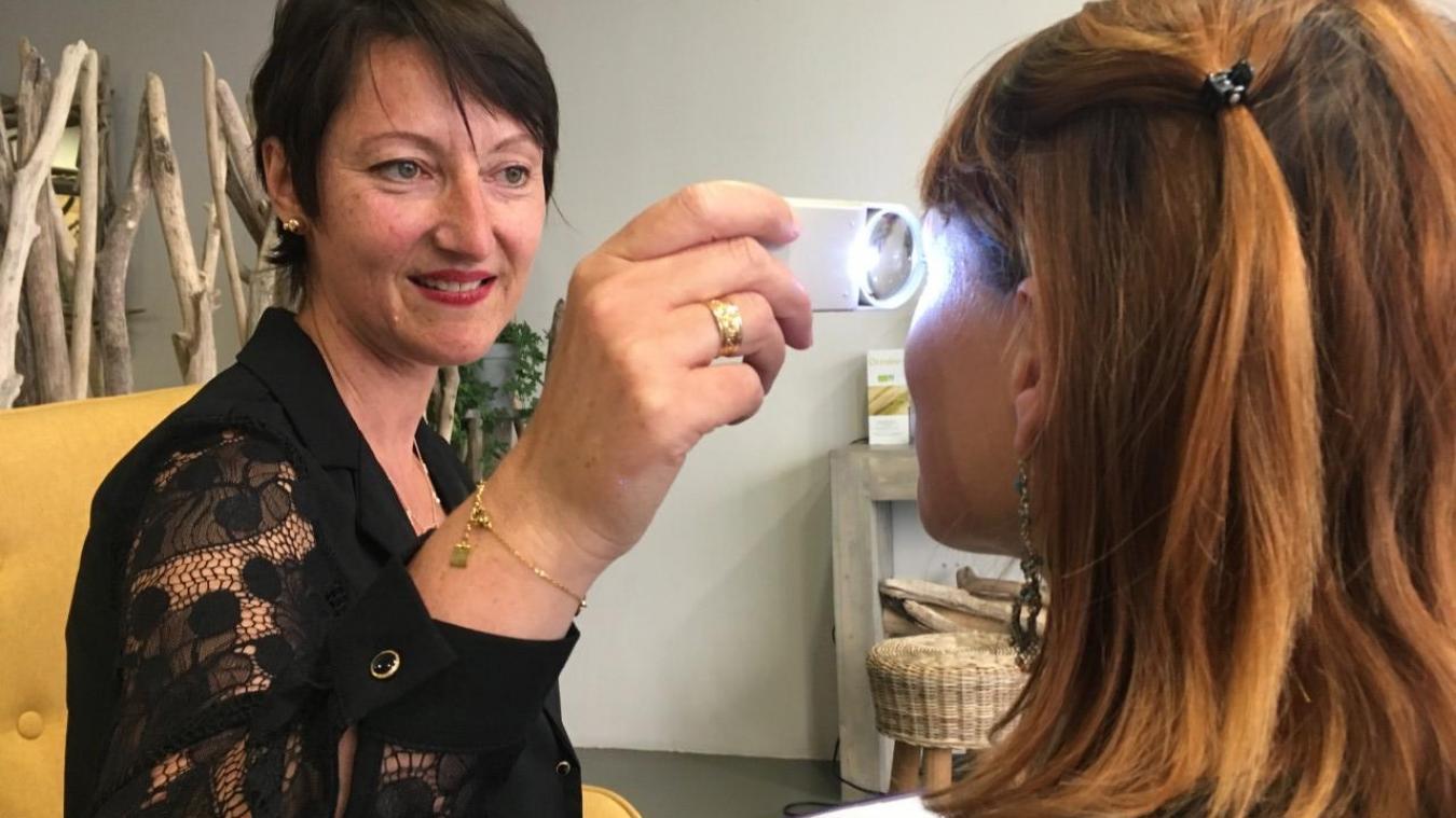 Carole Berteaux observe l'iris de chaque œil pour avoir accès à toutes les données. Le cœur, par exemple, se retrouve logiquement dans l'iris gauche.