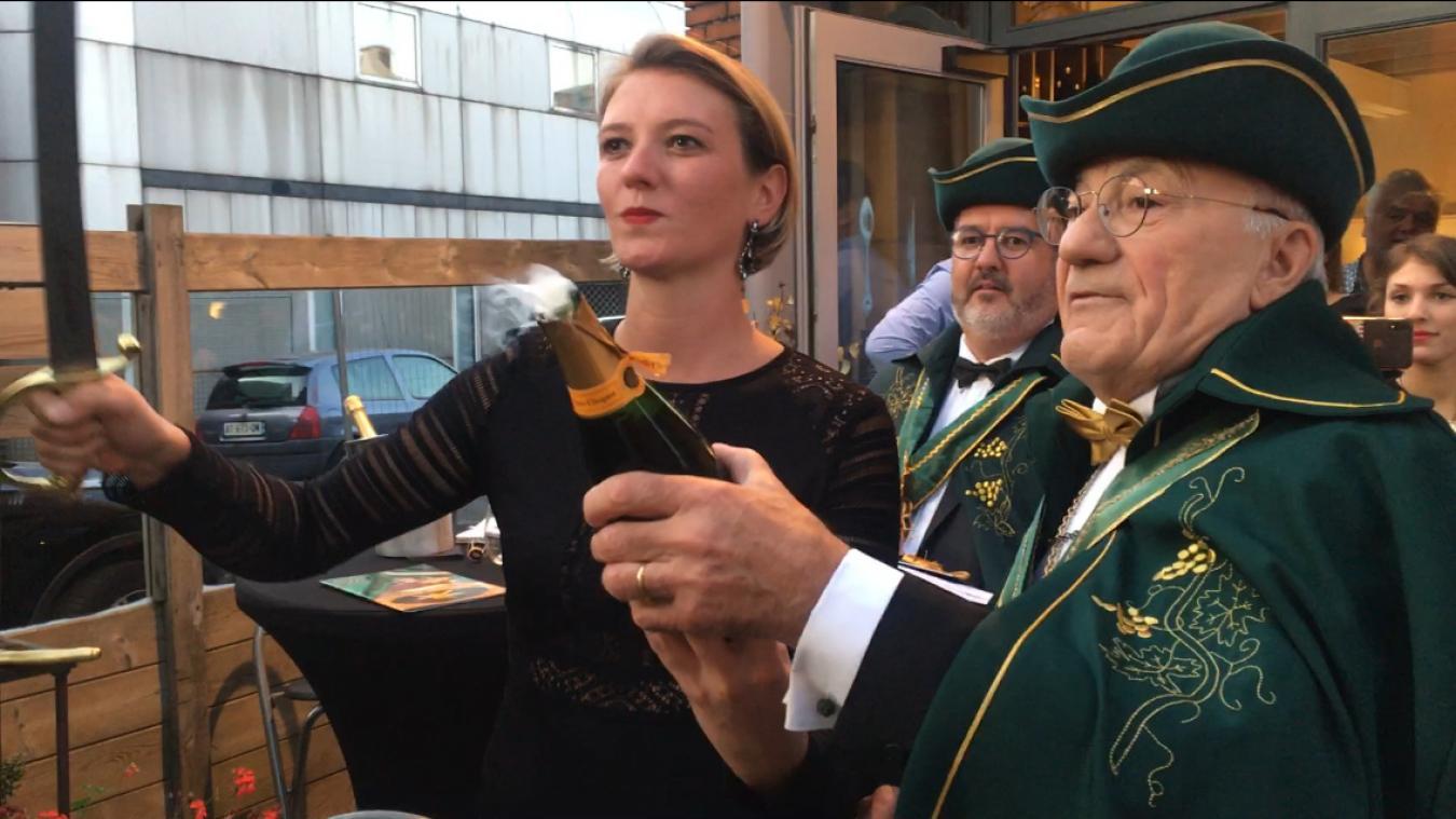 Charlotte Rotsaert a sabré le champagne, samedi 21 septembre, en présence de membres de la Confrérie du sabre d'or.