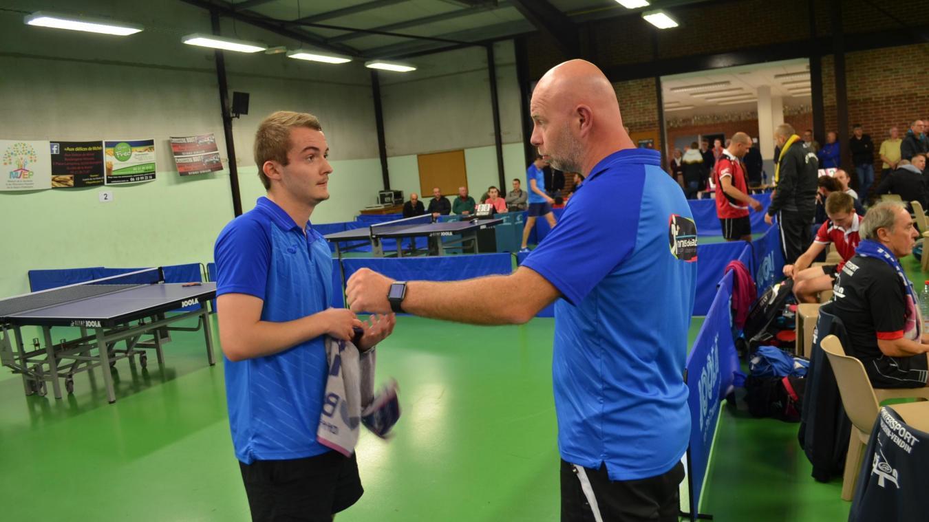 Entre deux sets, Romain Denise, entraîneur-joueur de l'équipe 1, donne ses conseils à son capitaine Thomas Nowaczyk lors de la rencontre de samedi dernier face à Bruille-lez-Marchiennes.