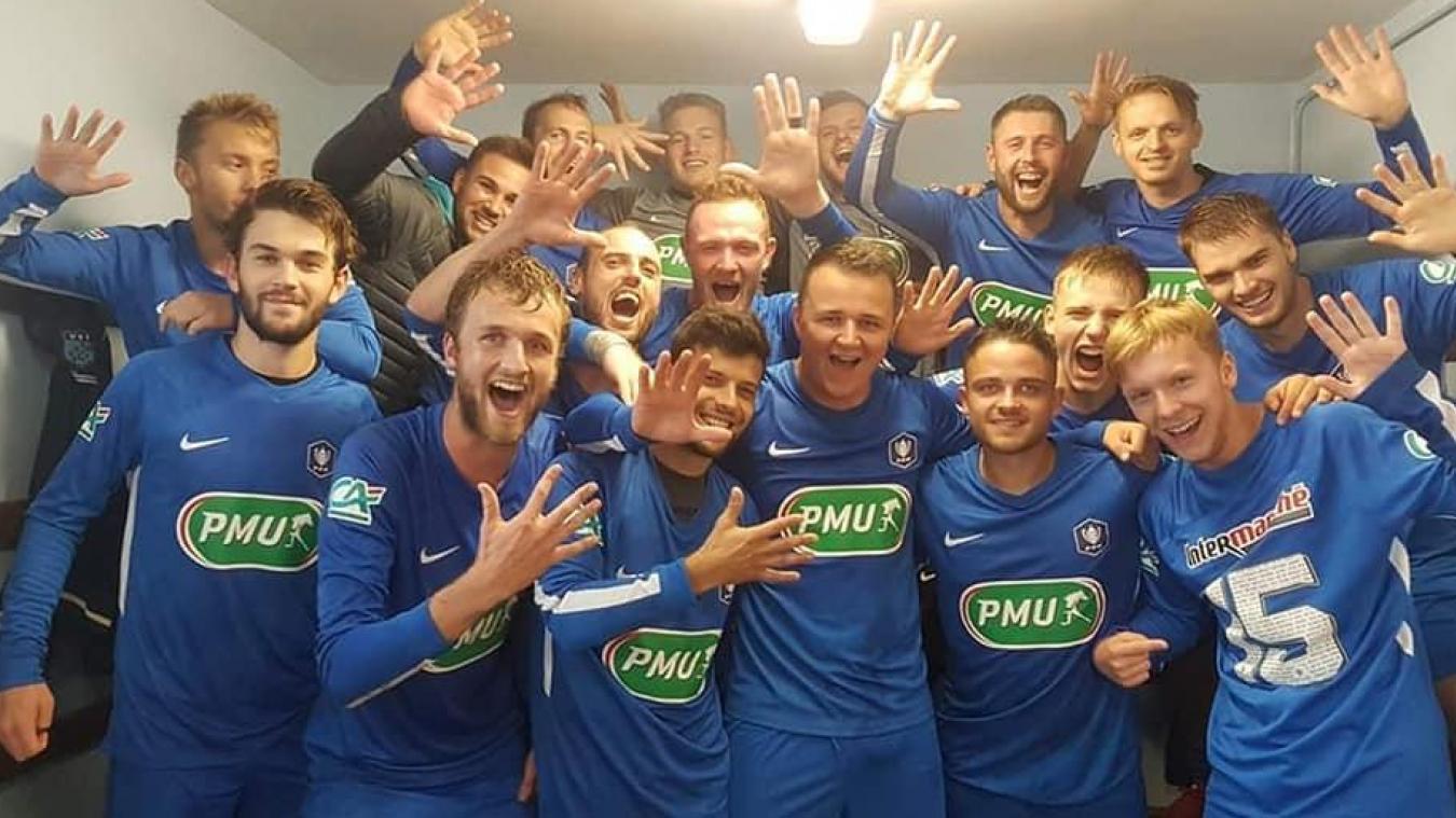 Les joueurs de l'US Bollezeele de l'Yser, après leur qualification pour le 5 e  tour de la Coupe de France.