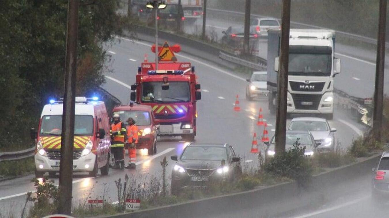En raison de l'accident, la circulation a été réduite à une voie.