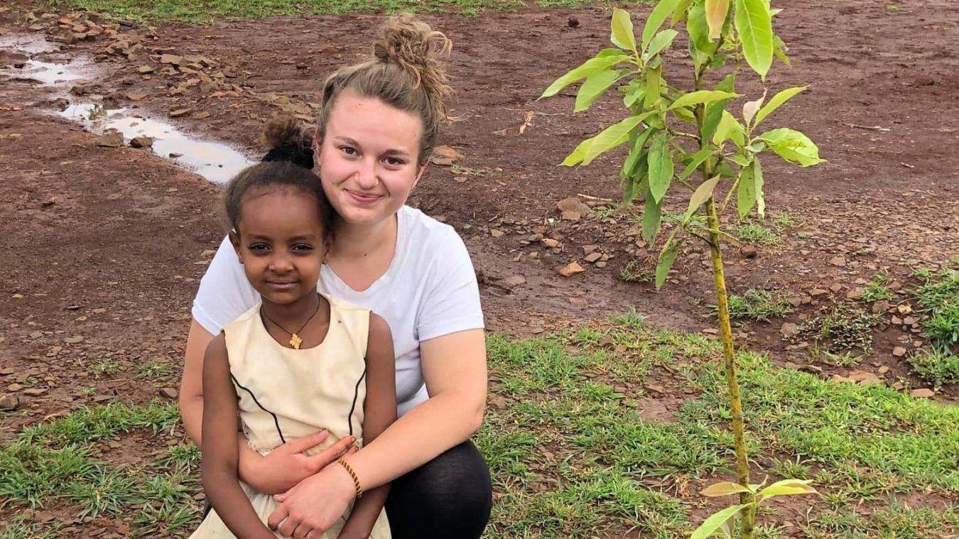 Clémence, Bullygeoise de 20 ans, a rénové un lycée en Afrique