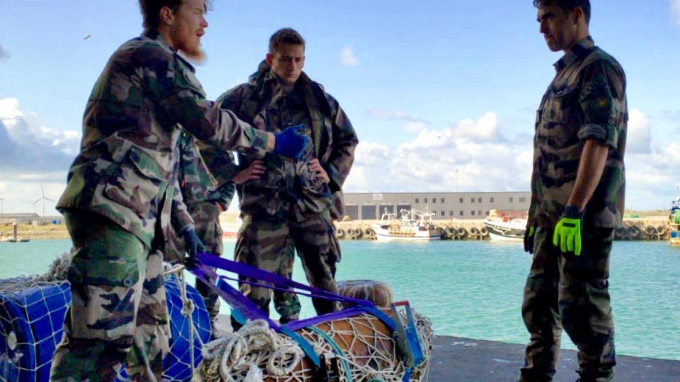 Le groupe de plongeurs démineurs de la Marine Nationale a procédé au désamorçage de la bombe, avant la deuxième phase de la neutralisation de l'explosif, qui aura lieu en mer.