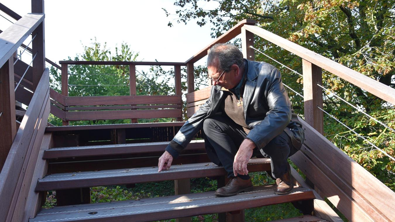 Marc Lenglare montre les antidérapants disposés sur les marches de l'escalier en bois.