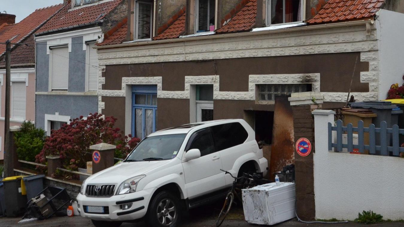 Une habitation détruite, une famille hospitalisée dans la soirée