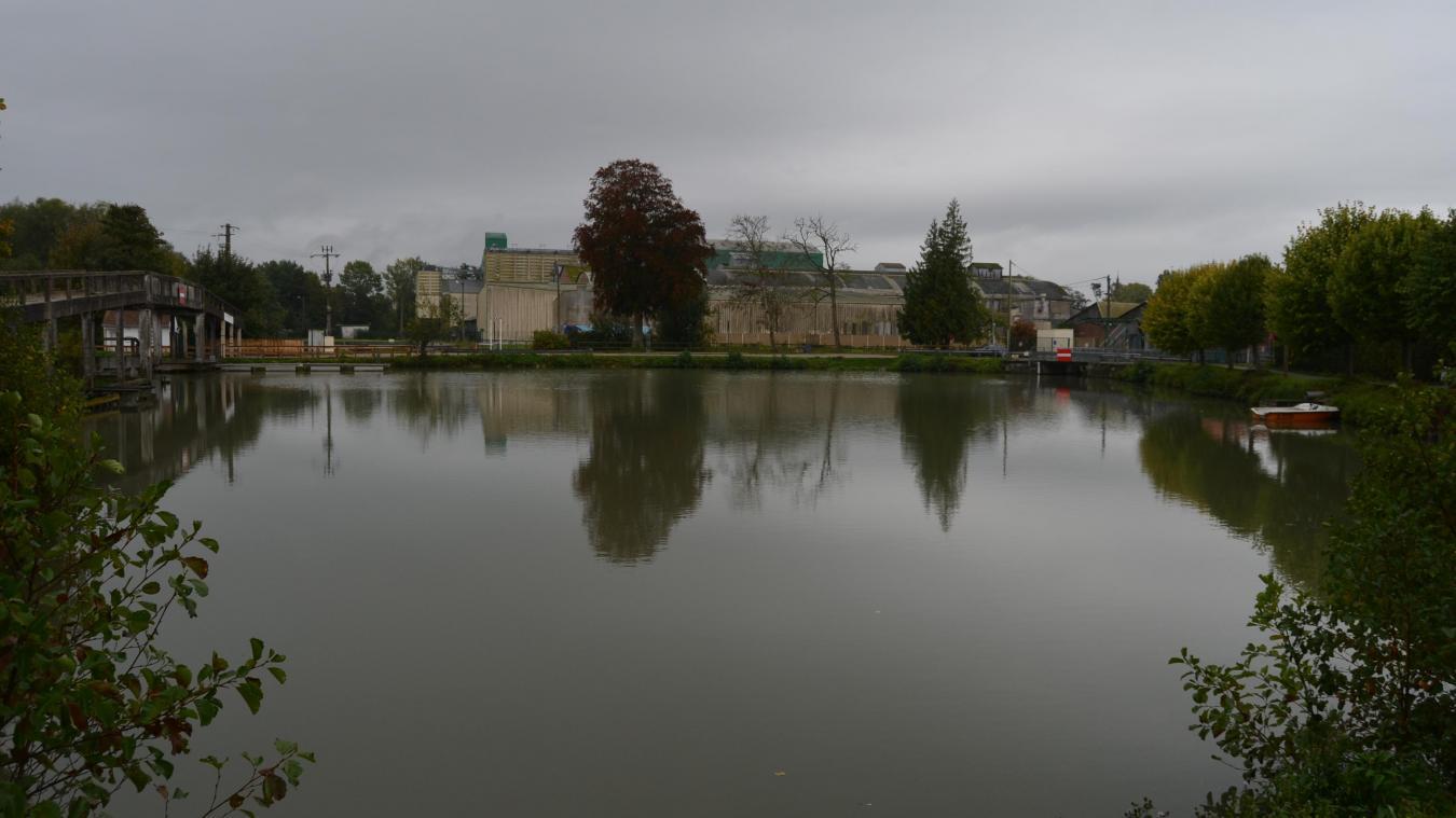 Imaginez des vélos circuler sur la passerelle, et tout autour de ce Bassin des 4 faces, une trentaine d'emplacements pour amarrer les bateaux des plaisanciers, un accès pour pédalos, kayaks.