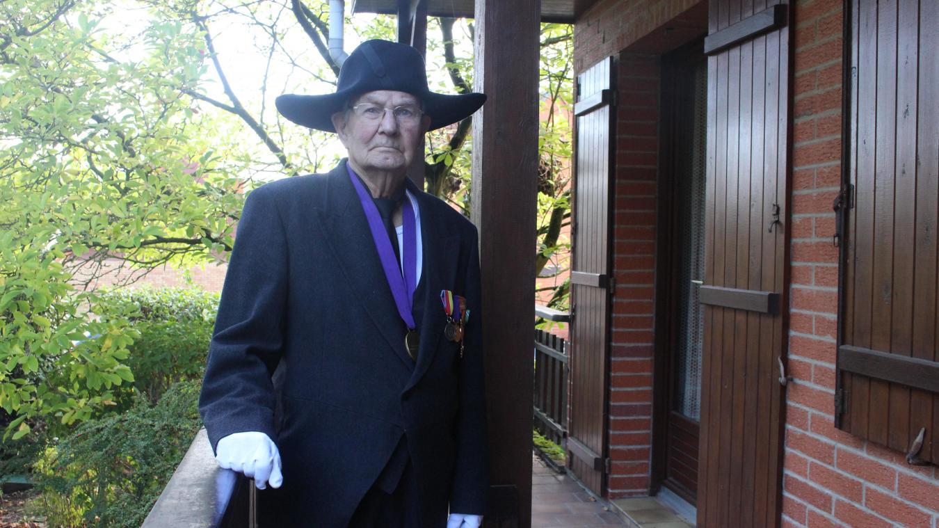 Robert Mille porte la médaille de la confrérie, en tant que doyen.