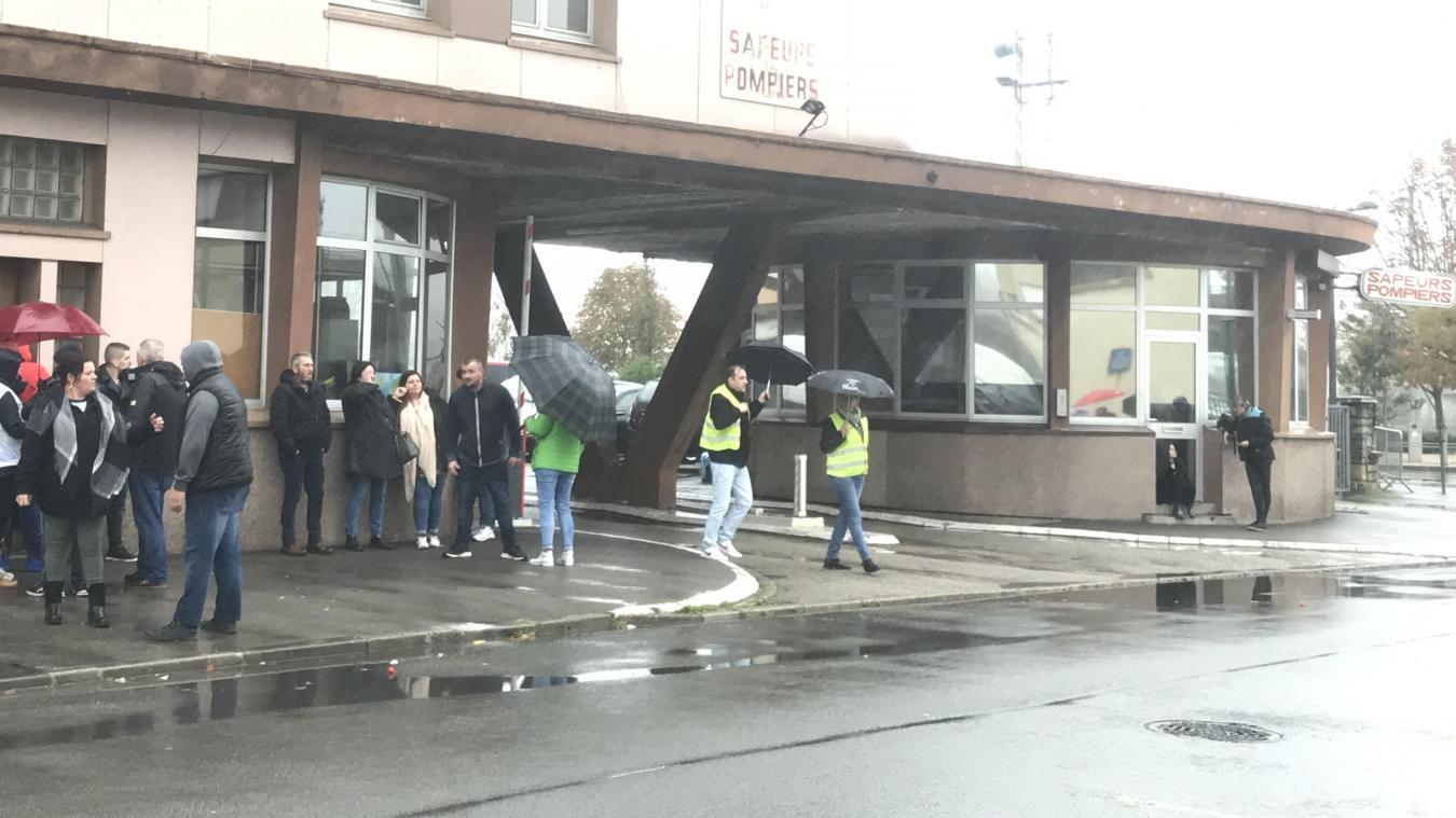 Des citoyens Boulonnais se sont réunis devant le centre de secours de Boulogne-sur-Mer, en soutien aux pompiers.