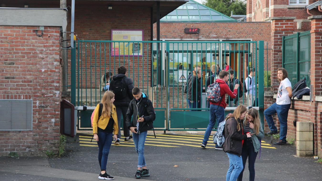 L'annonce a été accueillie timidement par les élèves à la sortie du lycée Lavoisier.