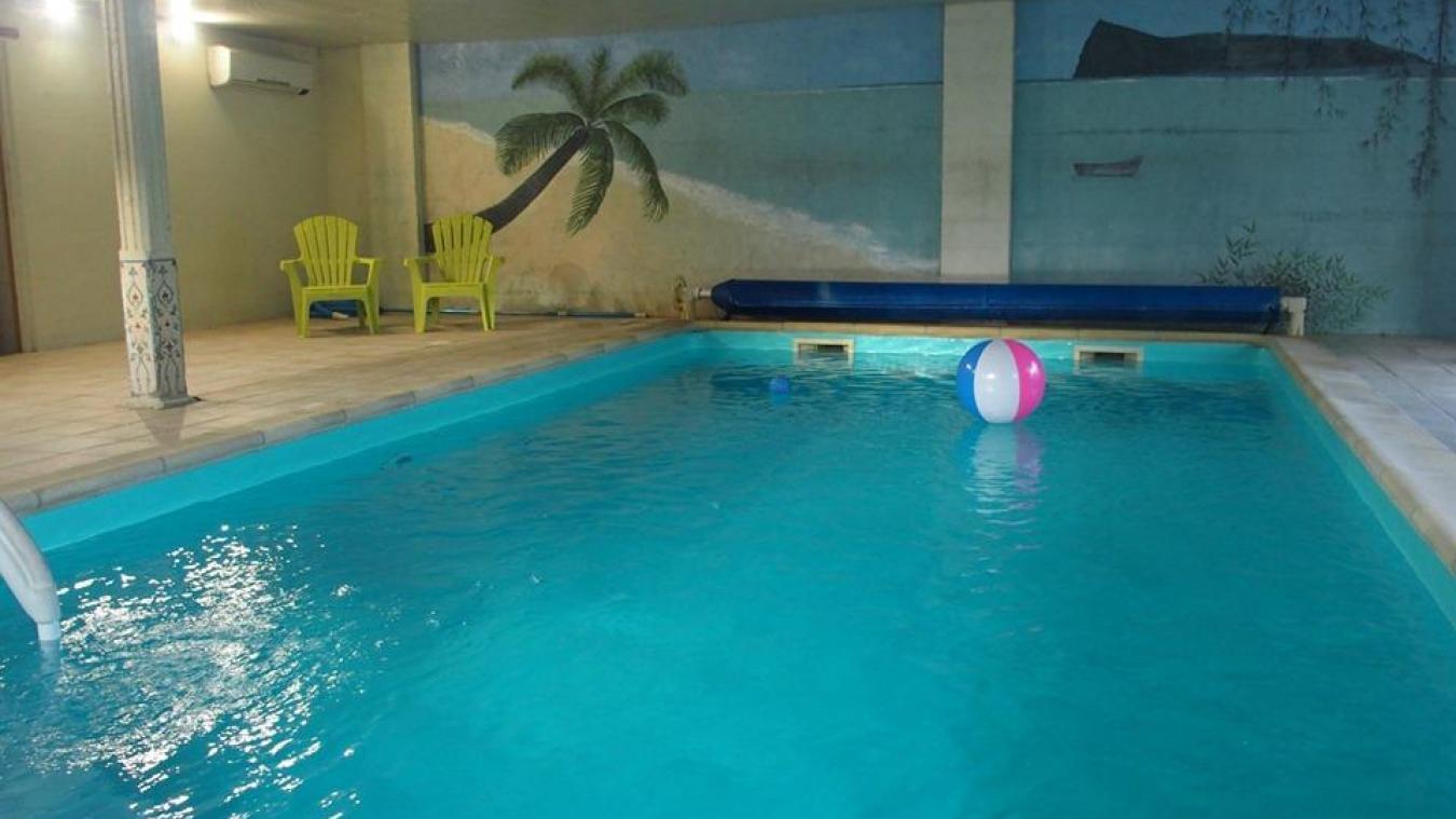 La piscine couverte des Gîtes du Moulin, c'est un bassin de 4 m x 8 m avec une eau à 28°C toute l'année.