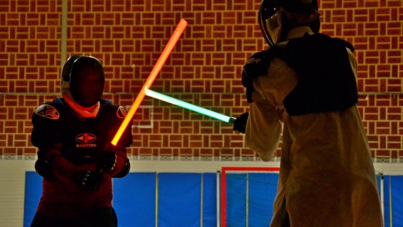 Jeudi dernier, après l'échauffement, les participants se sont affrontés dans des duels pour perfectionner leurs techniques.