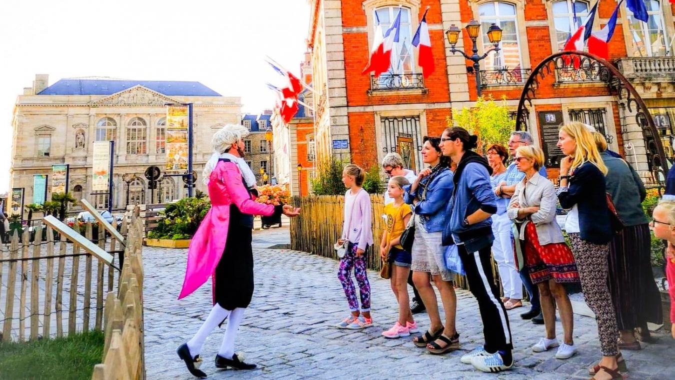 Pour l'essentiel, la visite s'articule autour de la Vieille-Ville et de ses innombrables monuments. Jérôme Guerville change de costume pour mieux se fondre dans la peau de ses personnages