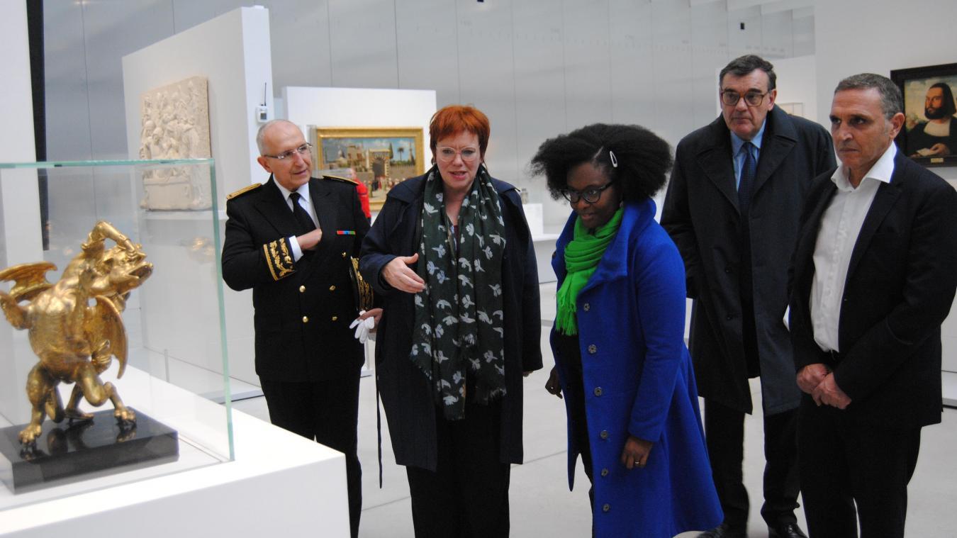 La ministre a déambulé dans les allées du musée accompagnée de la directrice Marie Lavandier.
