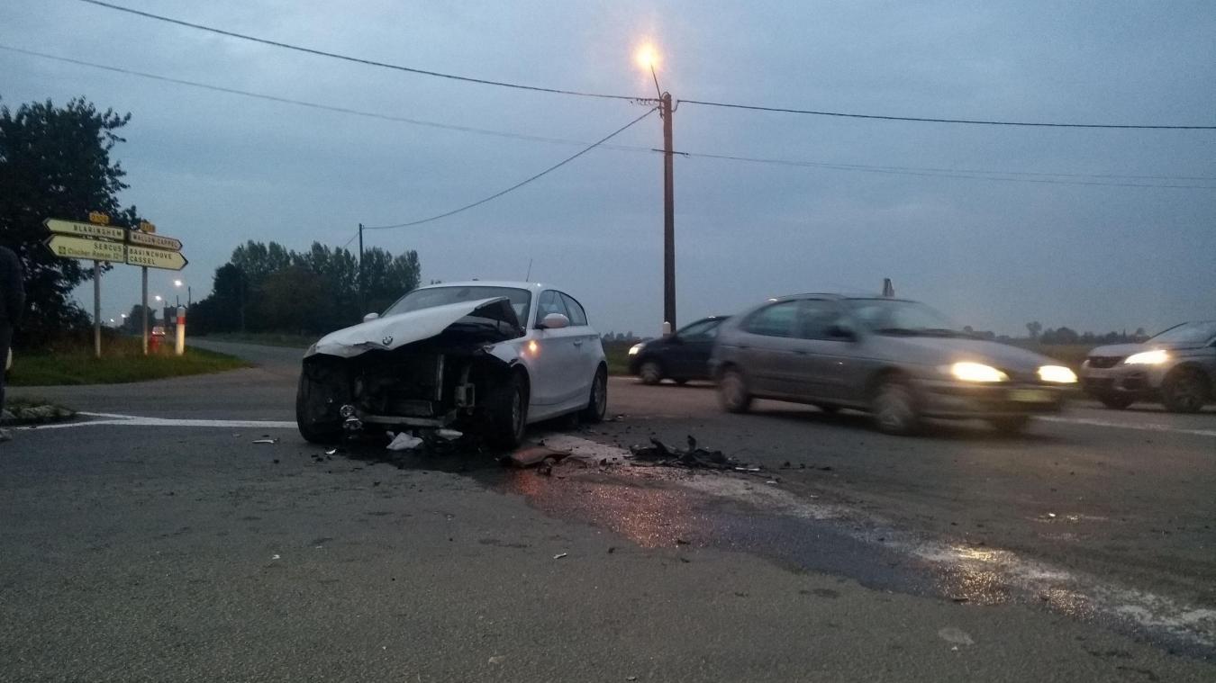 L'accident a eu lieu au carrefour de la Canneweele, situé entre Wallon-Cappel et Sercus.