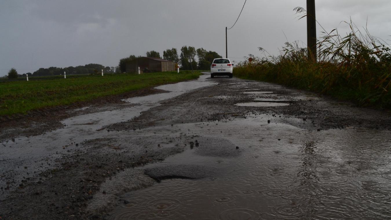 Route des Moëres, une partie de la chaussée est complètement détériorée. Les habitants évitent de l'emprunter.