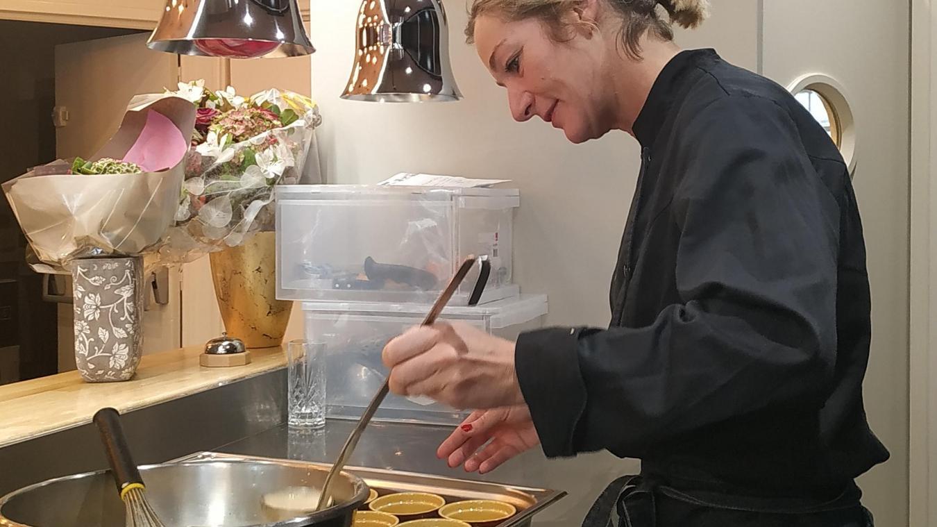 Daisy Tabeling aux fourneaux. Grâce à sa cuisine ouverte, la cuistot peut travailler directement devant les clients « pour partager un moment convivial ».