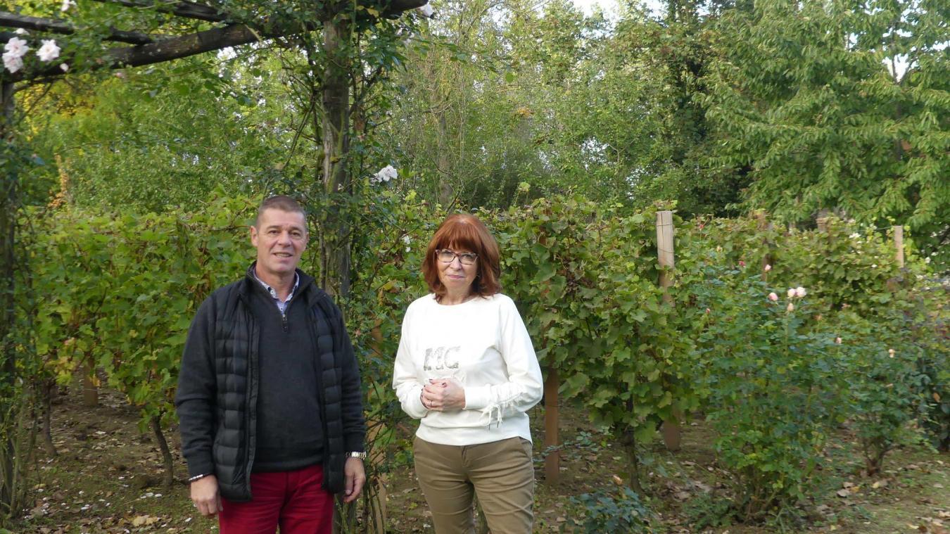Christian Caron (à gauche) supervise la production des Meurin. Claudine Meurin (droite) est fière de son vin.