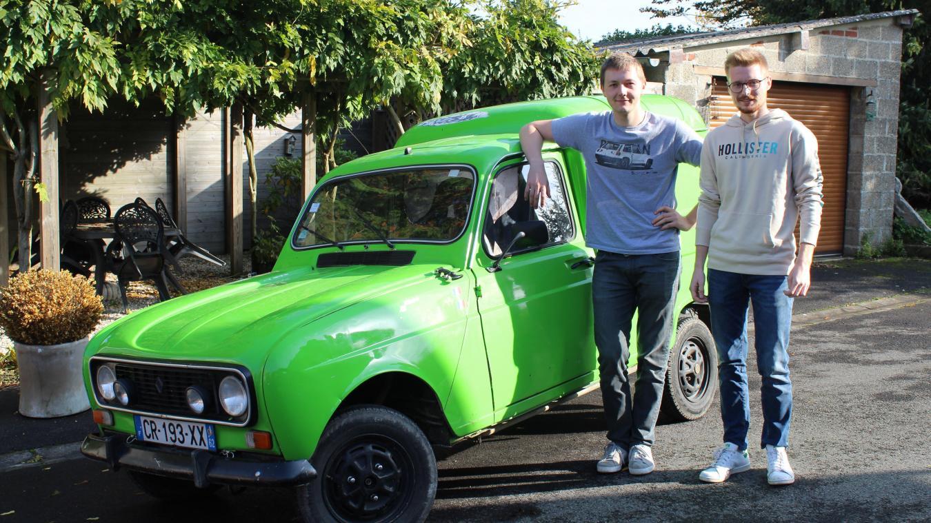 Steve and Bill, alias Louis et Adrien, travaillent régulièrement sur leur voiture, même l'esthétique compte!