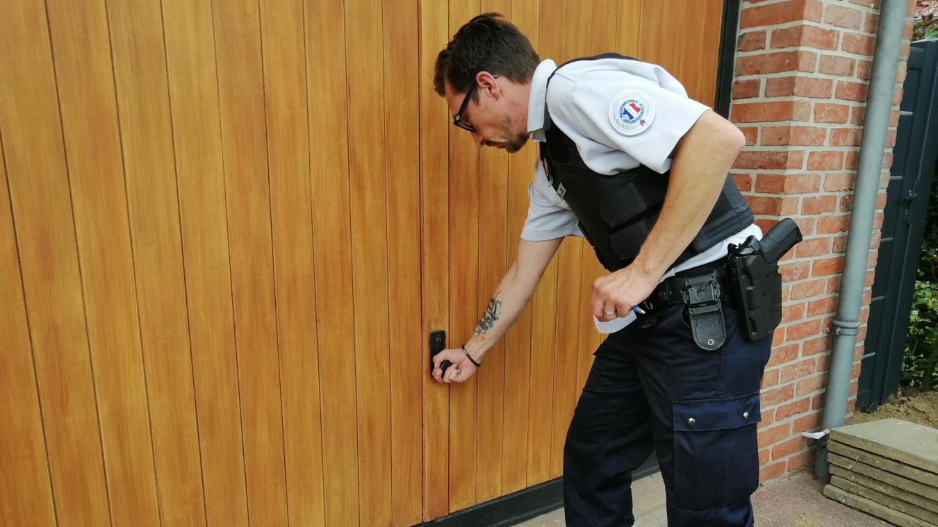 Volets, garages, portes, les agents de police vérifient tous les accès à la maison lors de leur patrouille dans la ville.