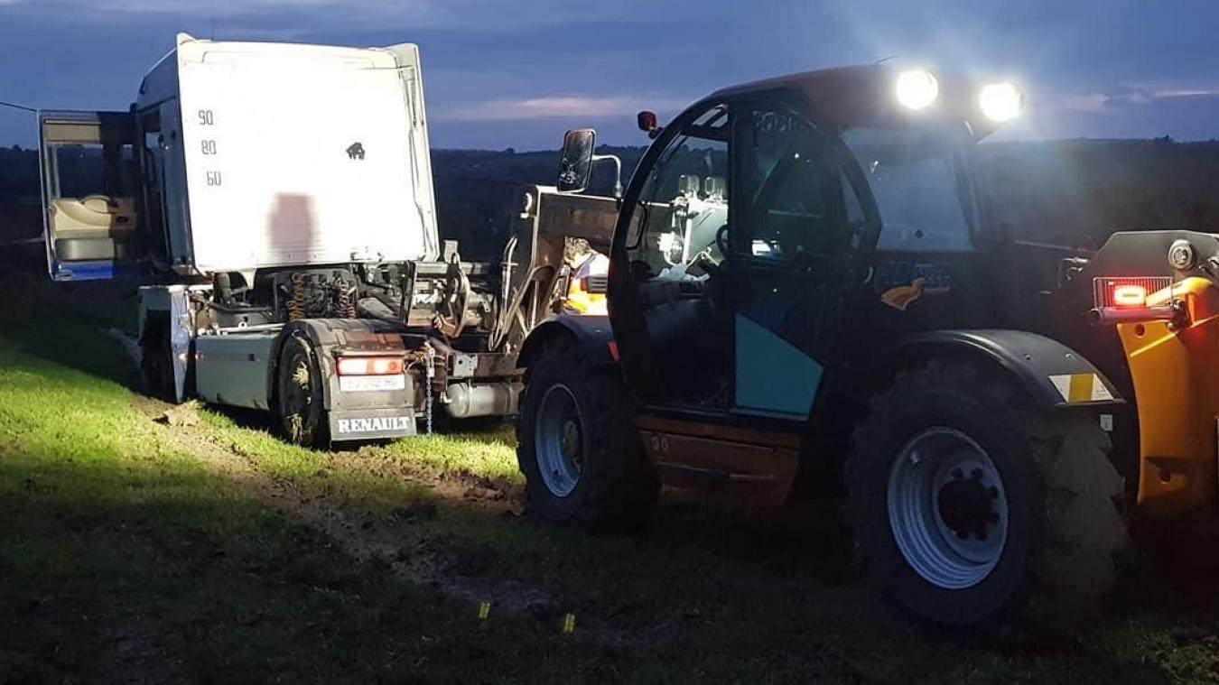 L'ADMR a employé les grands moyens pour tracter le véhicule et le sortir de la plaine dont il était prisonnier après une sortie de route.