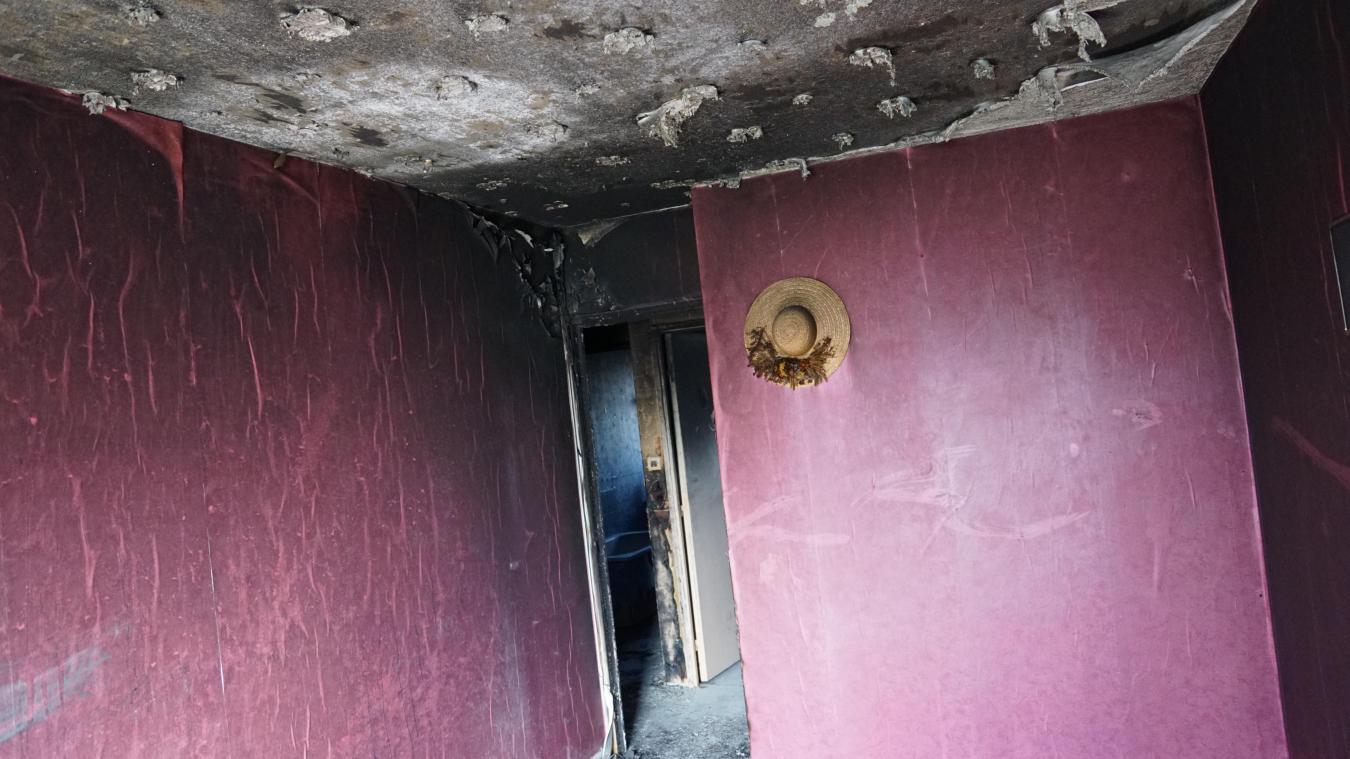 L'appartement, situé au dernier étage du bâtiment, avait été en grande partie détruit.