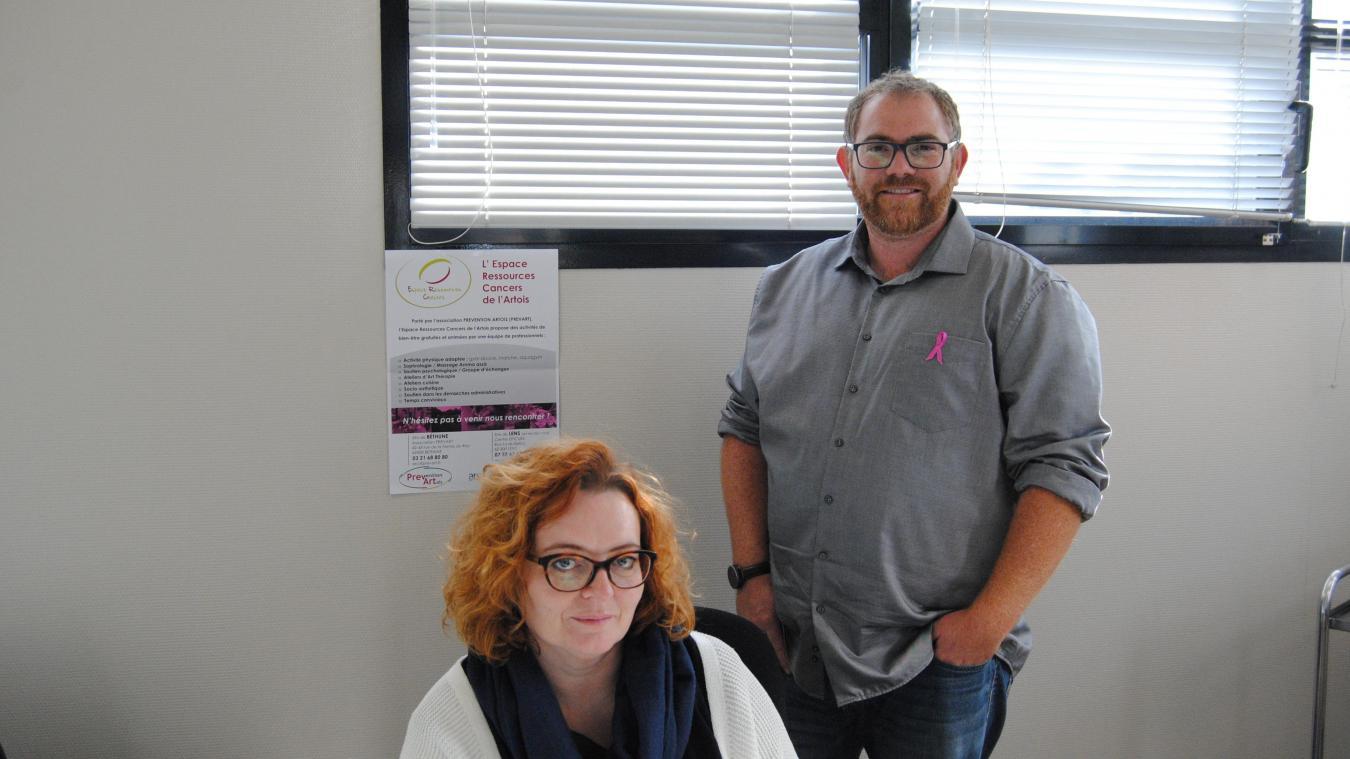 Thomas Laurent et Elphege Fontaine accueillent les malades au sein de l'espace ressource cancer.