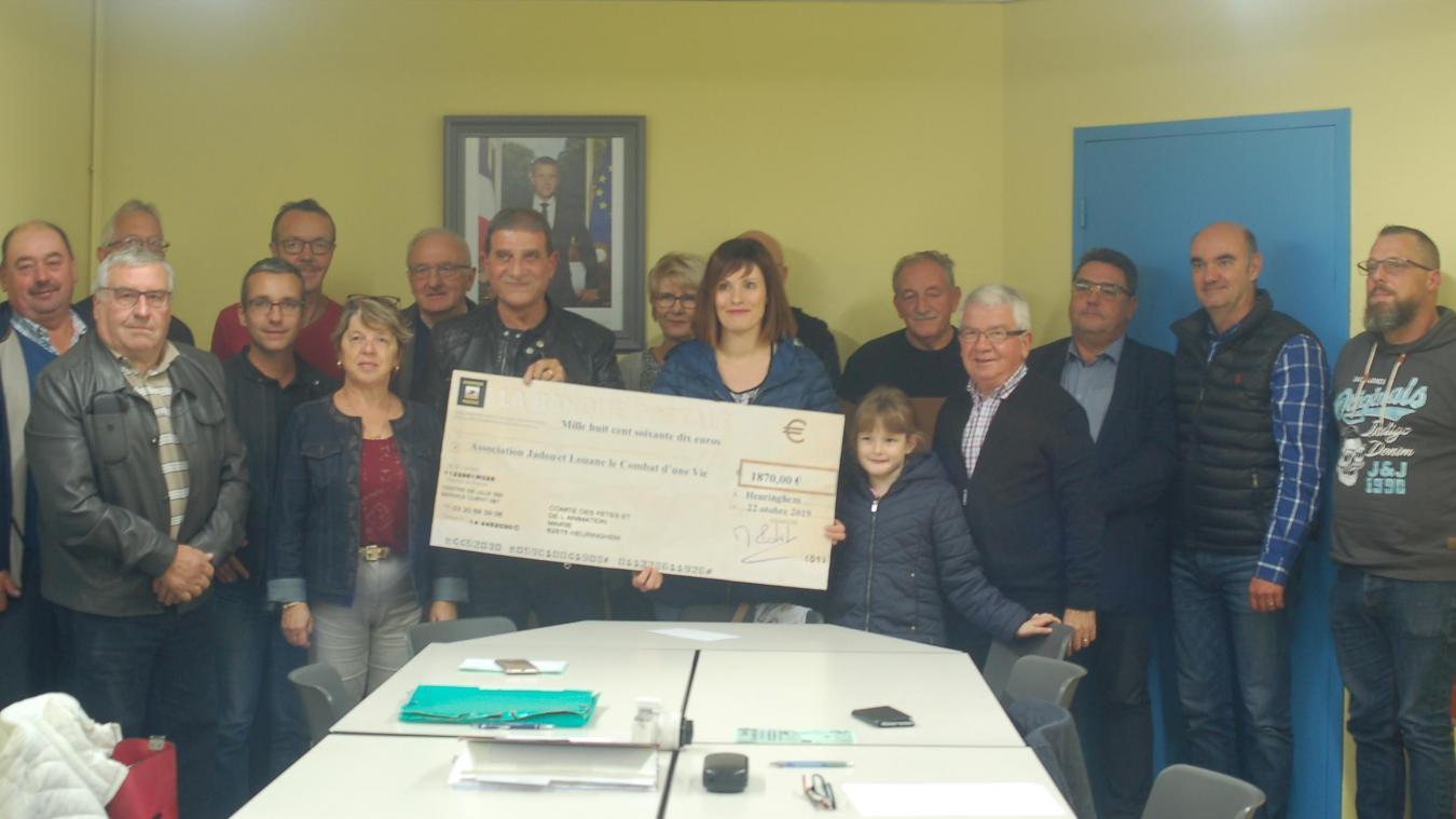 Le comité des fêtes, la municipalité, et les membres des associations étaient présents pour la remise du chèque à la maman des deux enfants.