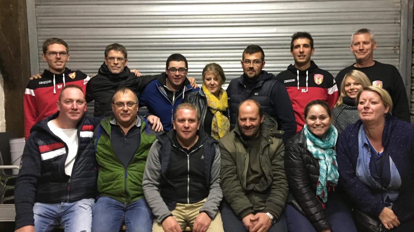 Stéphane Buisine, ici au premier rang au centre de la photo, en compagnie d'une solide équipe de bénévoles qui font aujourd'hui la force du FC Verton.