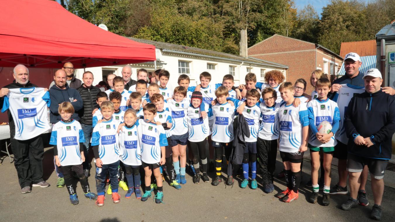 Les jeunes qui participent à ce quatrième stage de rugby ont eu le droit à un magnifique maillot en guise de cadeau.