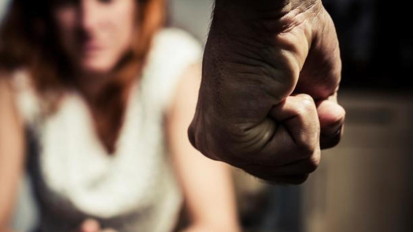 L'homme reconnaît avoir giflé sa concubine, et déclare à la barre « avoir honte d'avoir fait ça ».