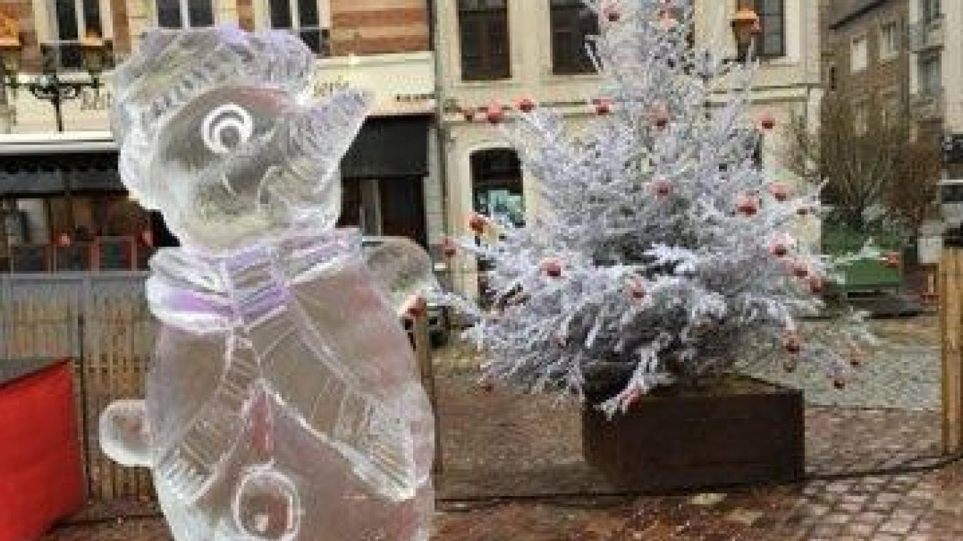 Un étonnant sculpteur sur glace travaillera en direct.