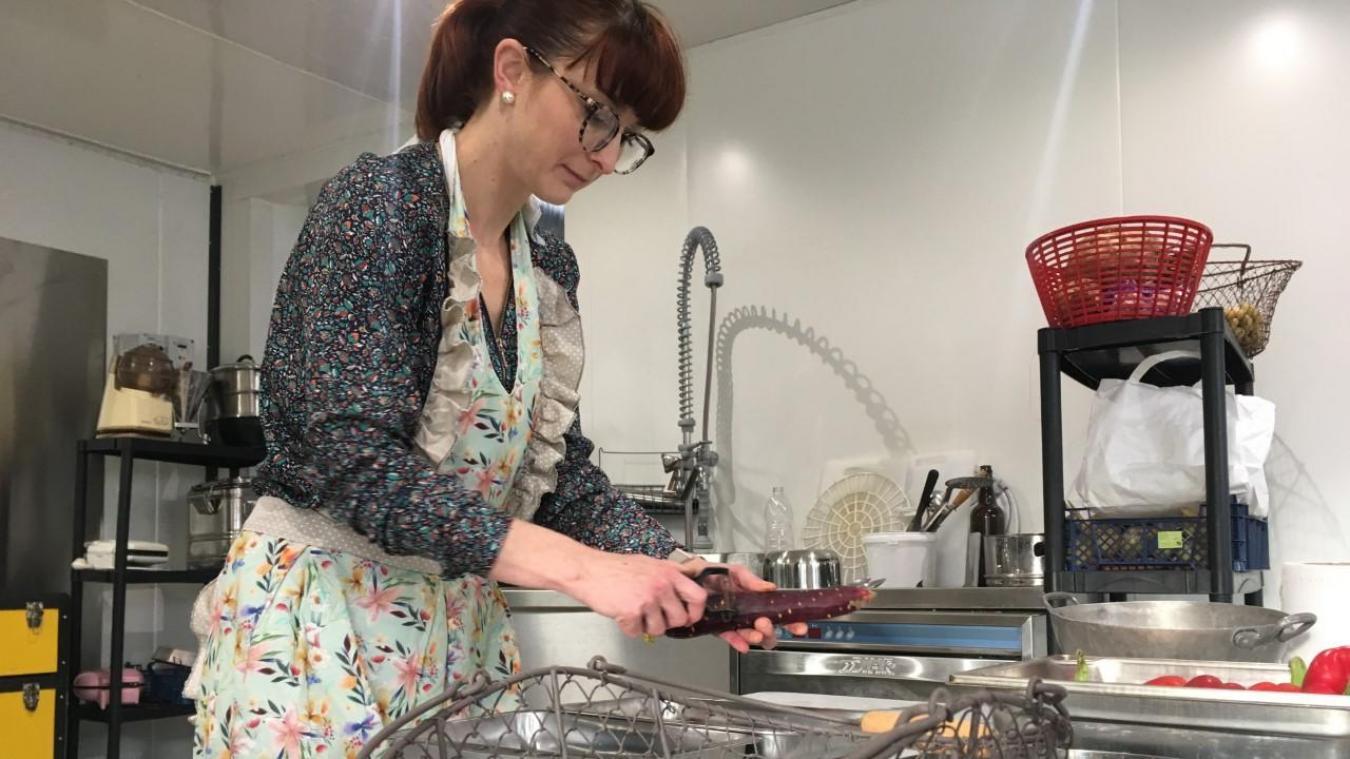Sylvie prépare directement ses plats dans sa boutique, en prenant soin de travailler ses produits séparément, « car beaucoup de gens ne mangent pas de viande ».