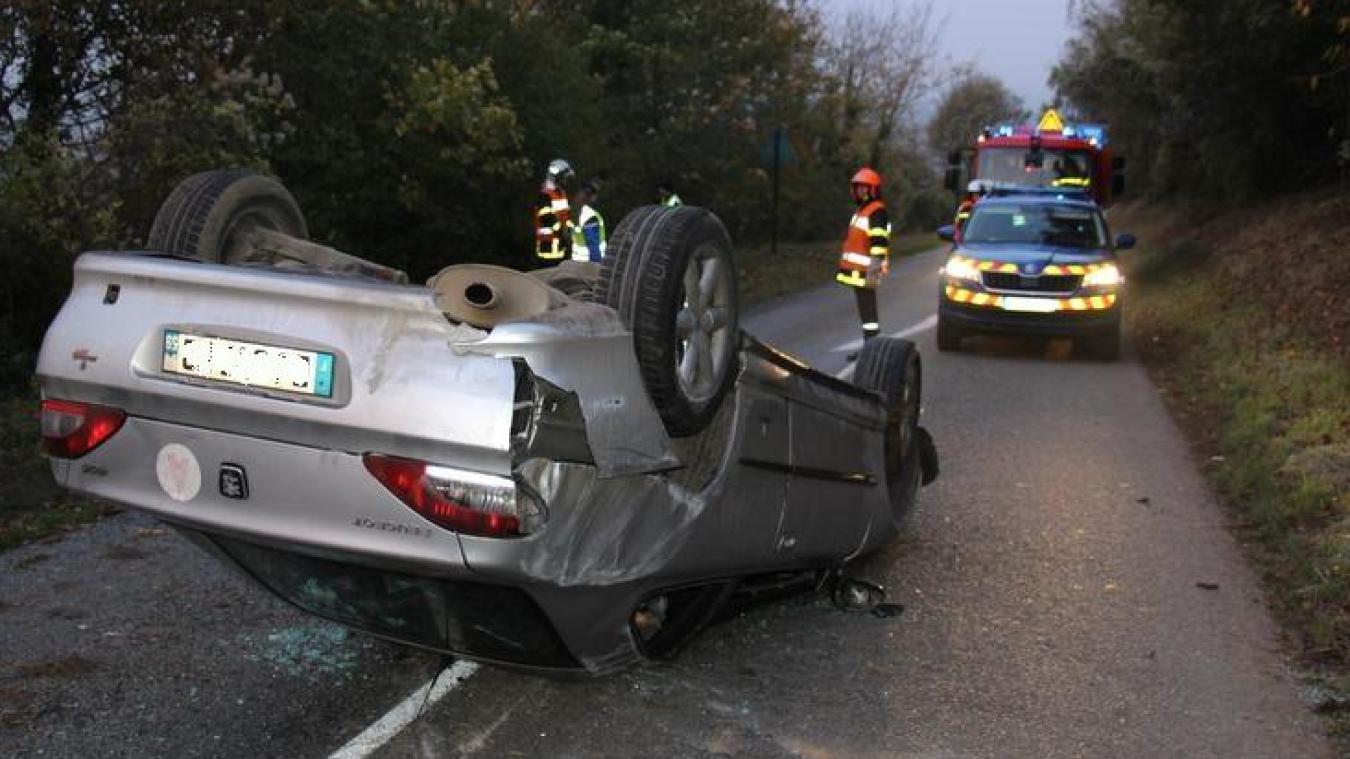 Le jeune conducteur a été pris en charge par les pompiers de Desvres et conduit à l'hôpital.