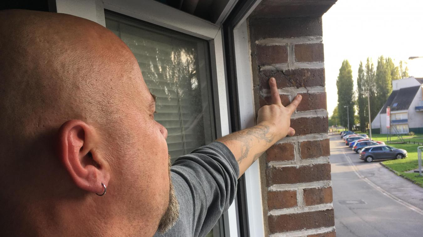 Laurent Figoureux s'inquiète des proportions prises par la fissure sur sa façade, aujourd'hui toute proche de la chambre d'un de ses enfants.