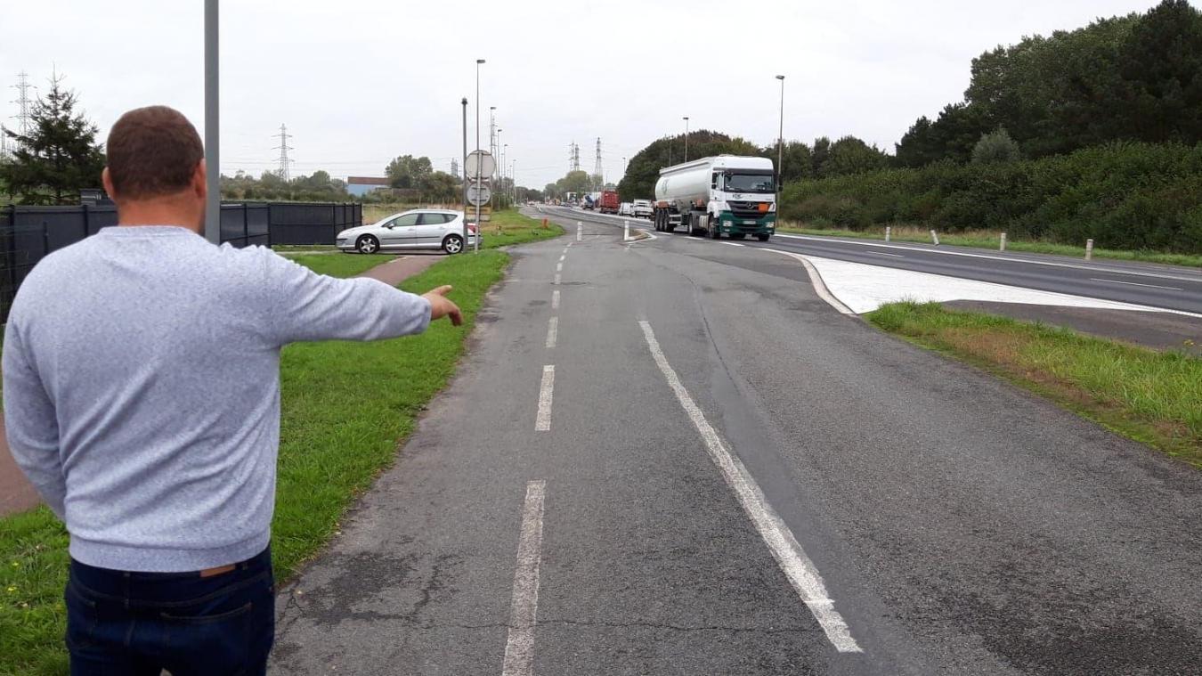 Quand il veut rentrer dans sa propriété (où se trouve la voiture), ce riverain doit ralentir sur une route d'accélération, limitée à 90 km/h.