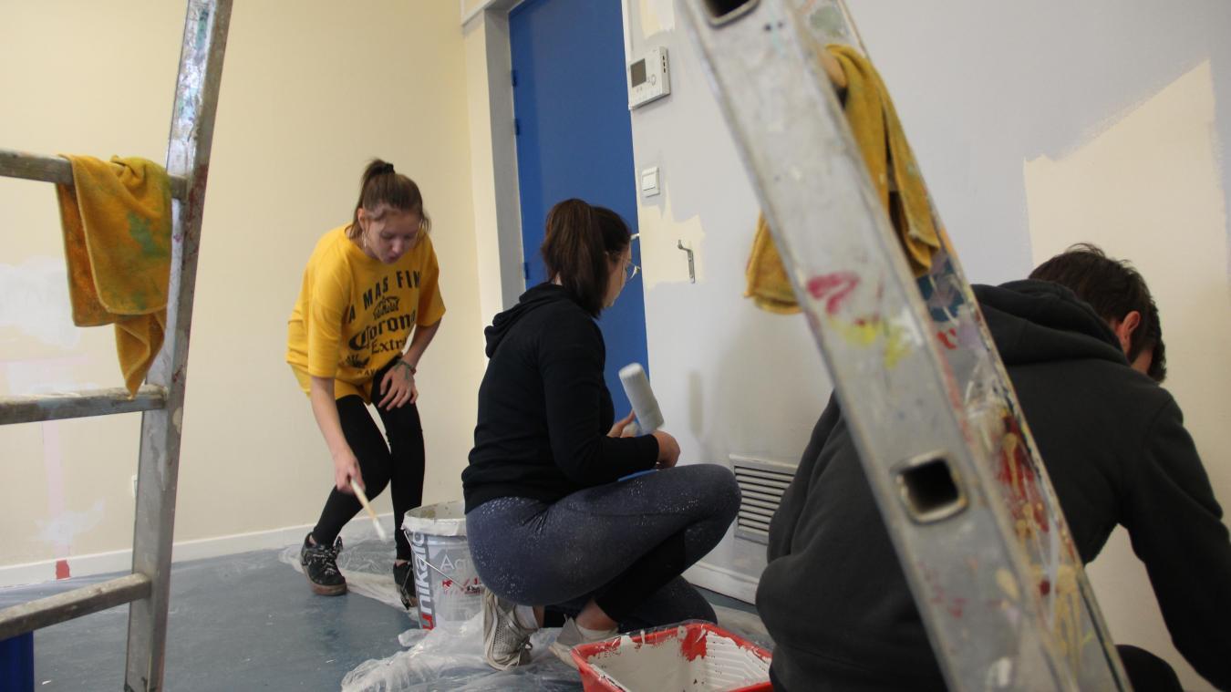 Benjamin, Justine et Flavie, respectivement 18, 17 et 16 ans, font de la peinture au centre Isabelle Aubret pour financer leur BAFA ou leur permis.