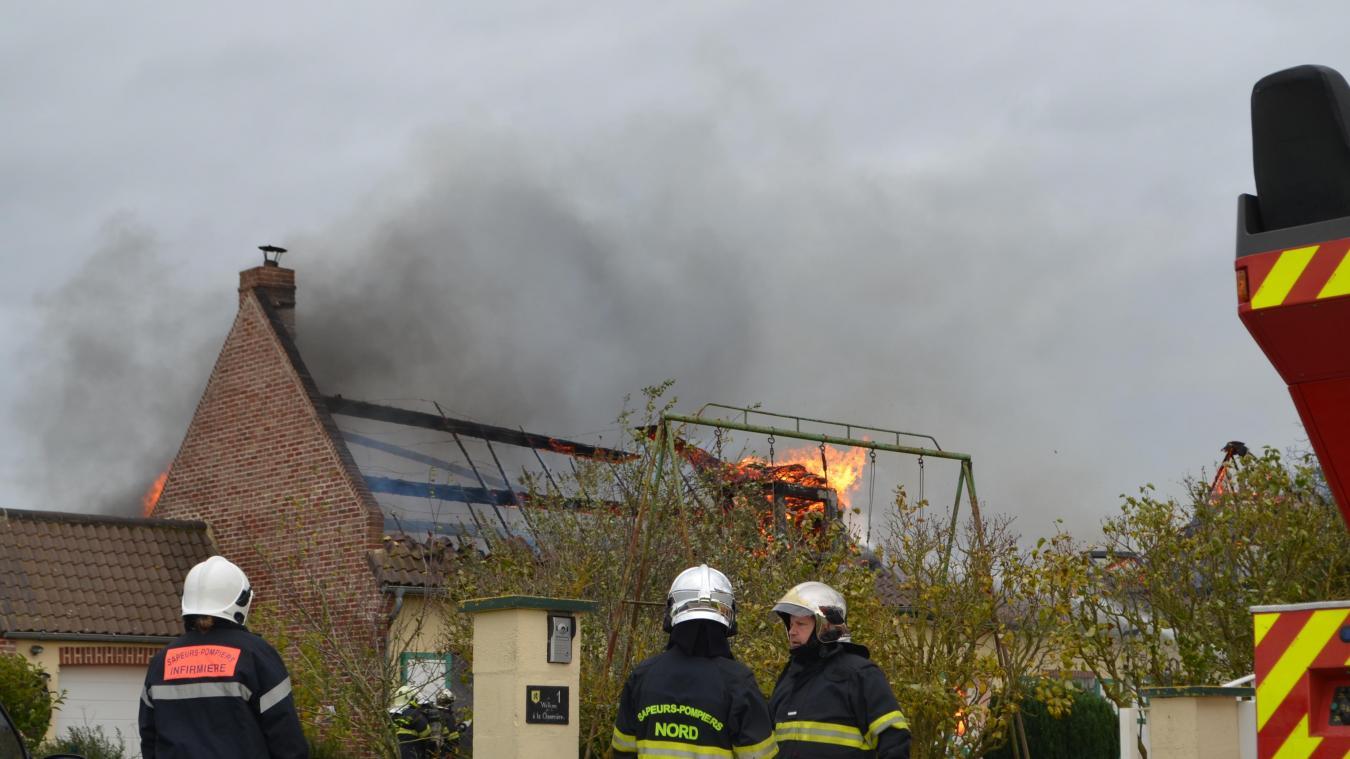Le feu a pris vers 13h30. Les pompiers des casernes de Renescure, Cassel, Hazebrouck et Steenvoorde sont intervenus.