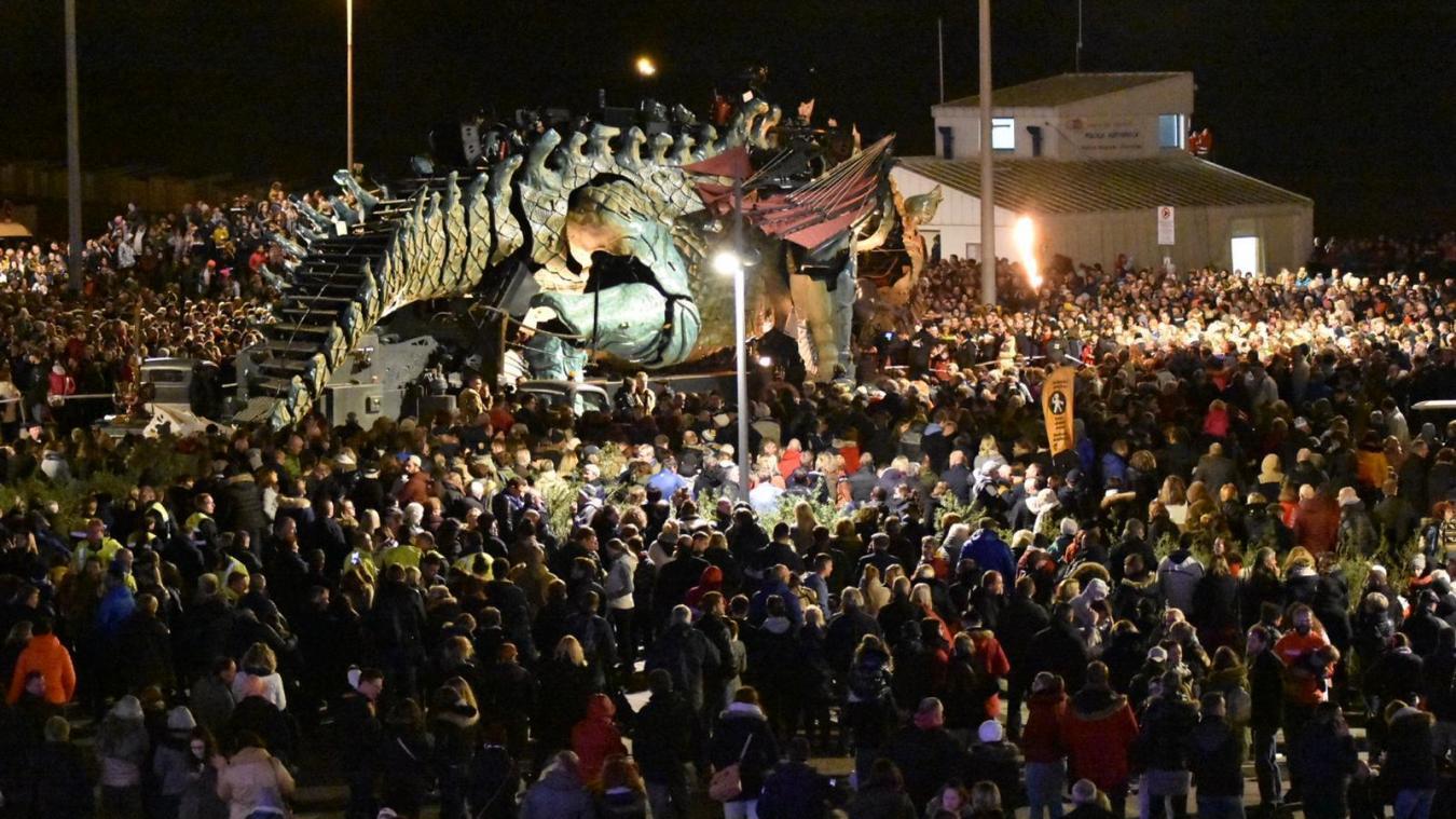 Dragon de Calais: un front de mer noir de monde pour le spectacle final (photos et vidéo)