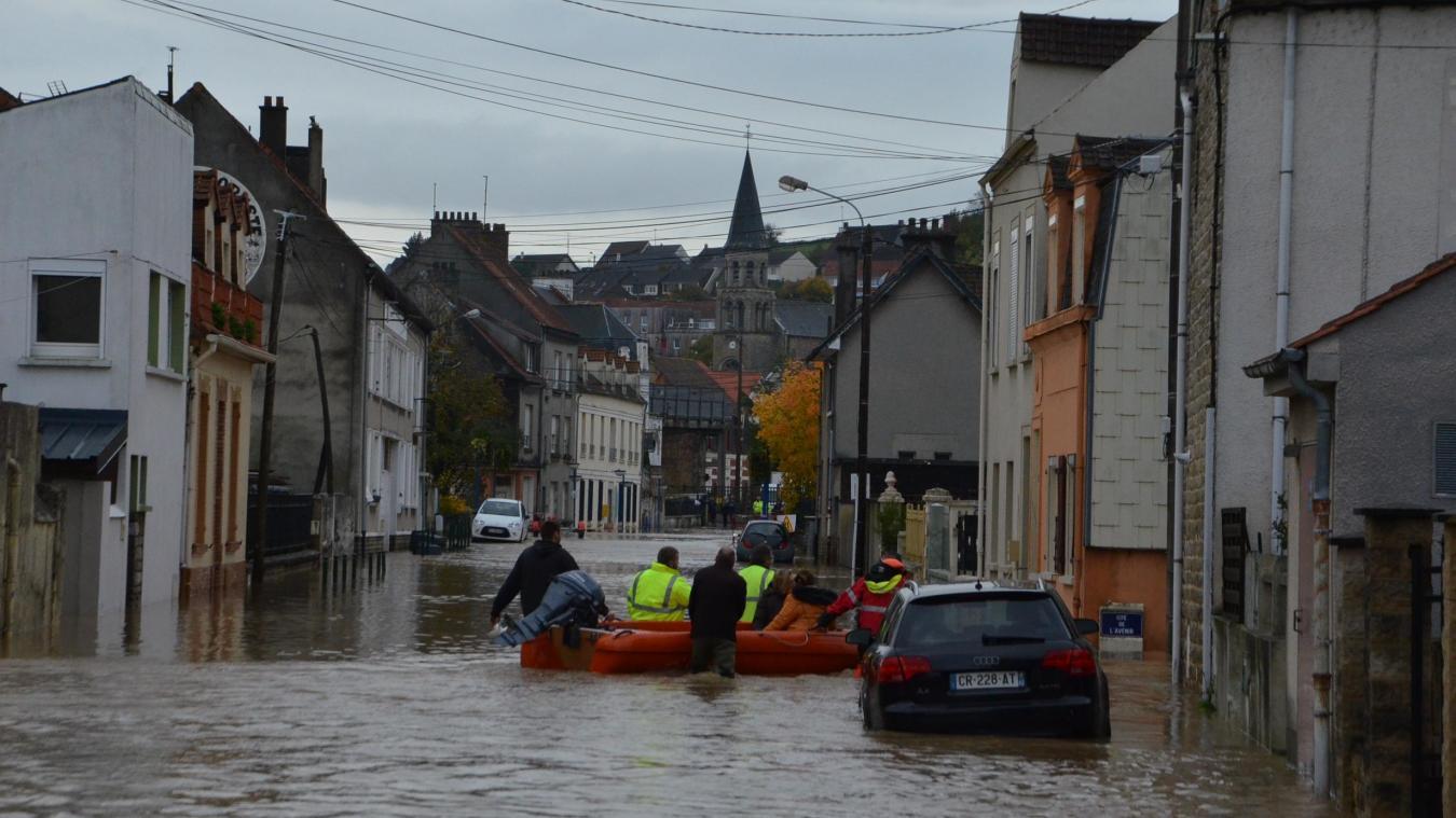 La rue de la Gare à Saint-Etienne-au-Mont est l'une des plus touchées. Ici les pompiers accompagnaient une infirmière en pneumatique vers le domicile d'un de ses patients.