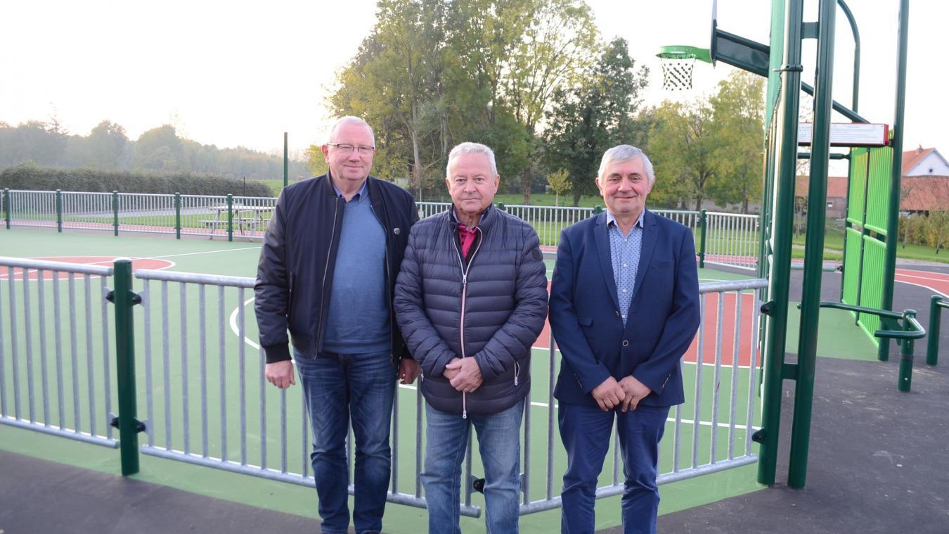 Alain Sgard et ses adjoints Guy Pruvost et Jean-Pierre Boutin devant l'une des principales réalisations du mandat, la construction d'un magnifique city-stade.