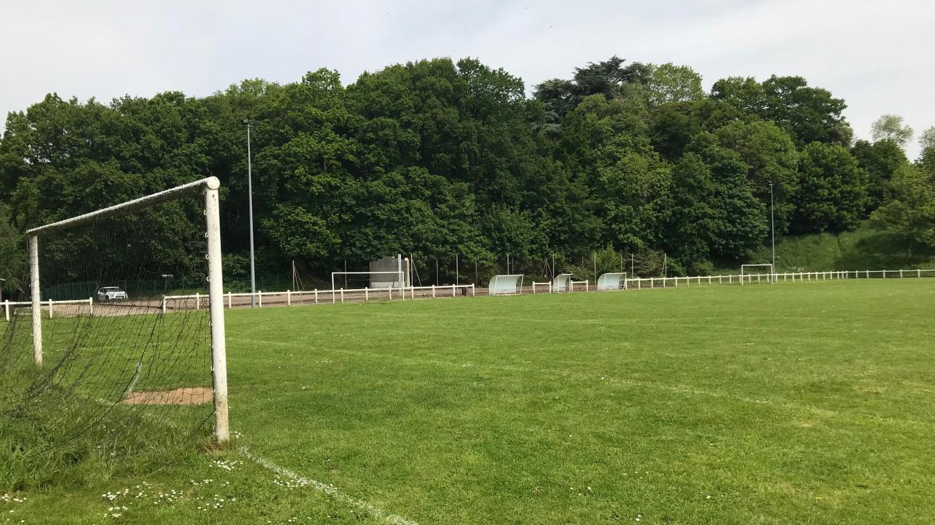Le terrain en herbe ne sera pas remplacé par un synthétique avec un club house et des gradins.