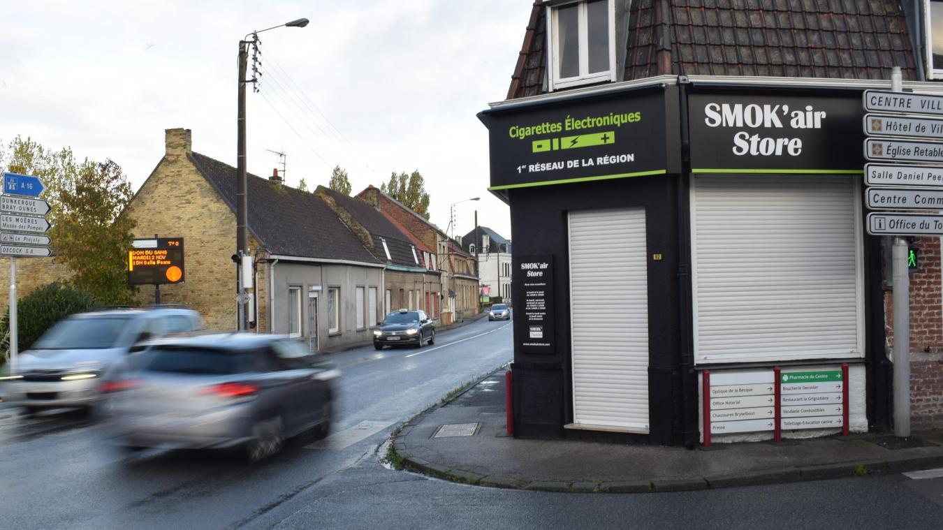 Le magasin spécialisé dans la cigarette électronique est situé à un carrefour très passant.