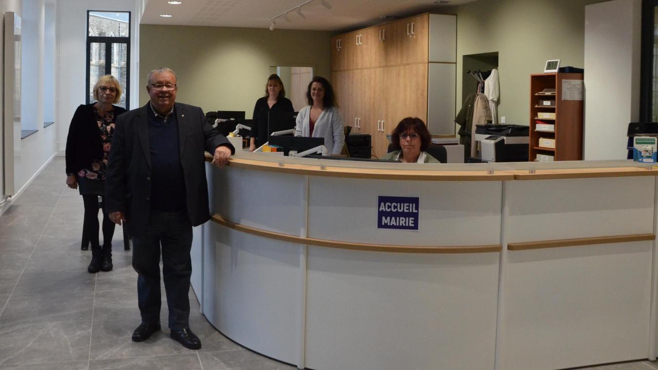 Le maire, Christian Baly, accompagné du personnel et de l'adjointe aux services à la population, Sylvie Bernardini, dans le nouvel accueil de la mairie.