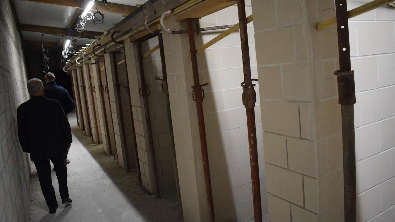 L'ancien garage de 125 m 2  se transforme progressivement en salle de réunion de 30 m 2  et en 11 boxes de 4 m 2  destinés aux associations sportives.