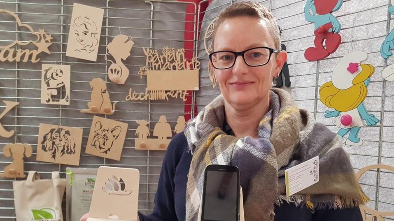 Le support en bois pour téléphone avec le hérisson de la ville, réalisé par l'Atelier de Sophie, est l'un des exemples des objets made in Coudekerque.
