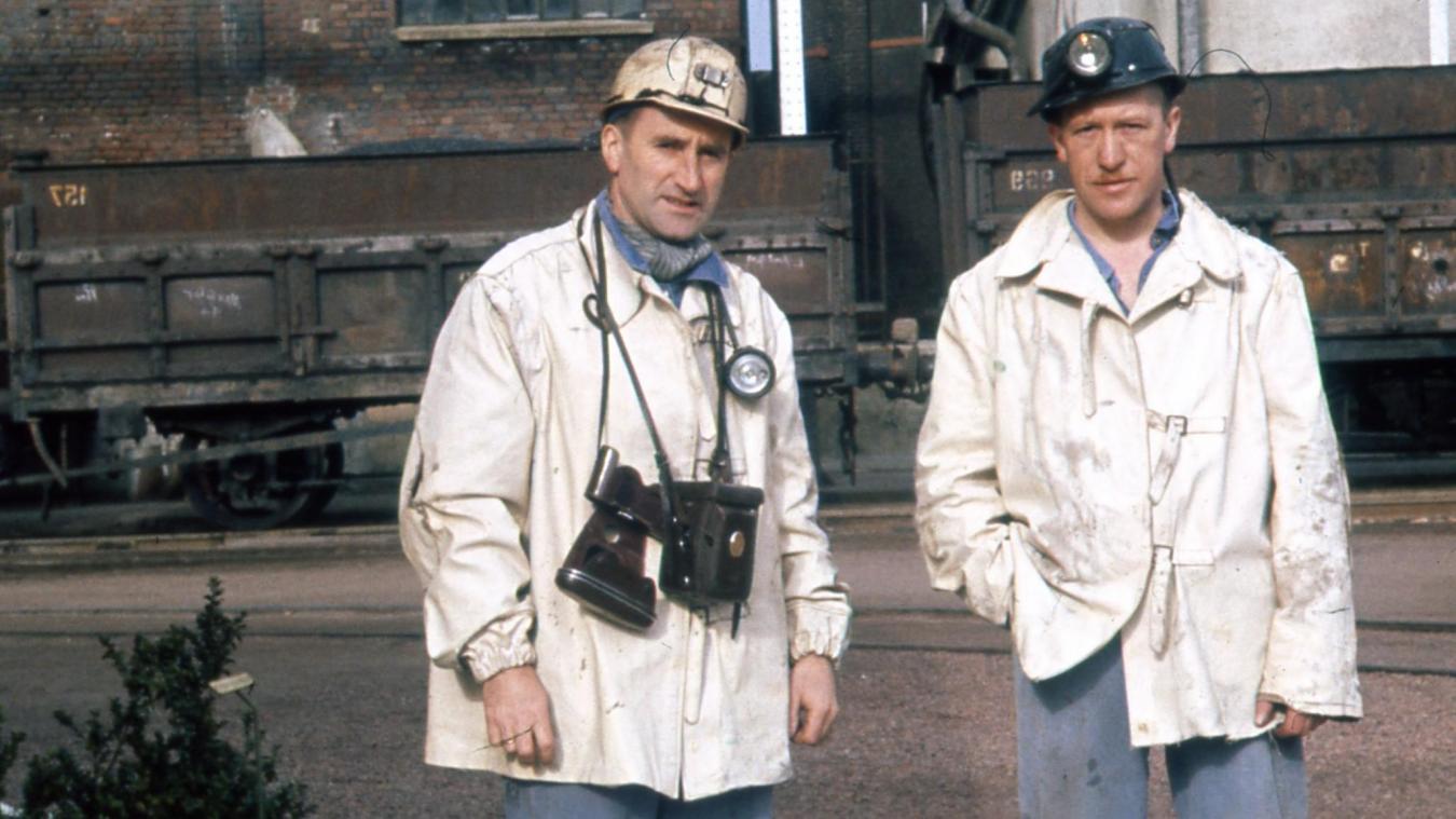 À gauche sur la photo, Léon Ringot pose avec son appareil.